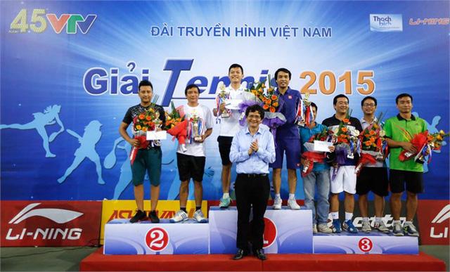 Ông Trần Bình Minh (giữa), Uỷ viên Ban chấp hành Trung ương Đảng, Tổng Giám đốc Đài THVN đã đến dự lễ bế mạcvà trao giải cho các tay vợt đoạt giải ở nội dung đôi nam (dưới 50 tuổi).
