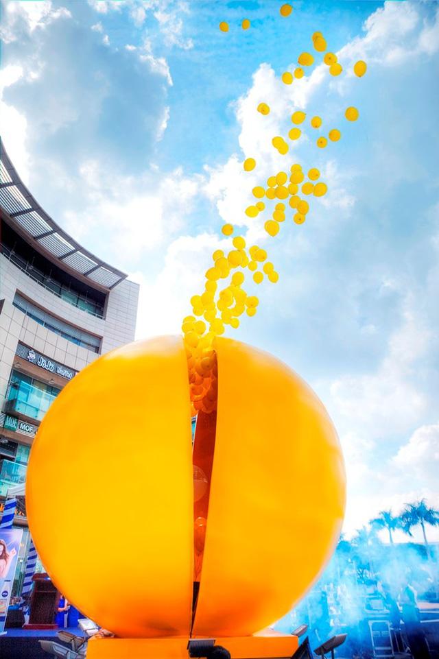 Quả bóng vàng khổng lồ chính thức phát nổ giải phóng hàng trăm quả bóng vàng tượng trưng cho tinh thể collagen.