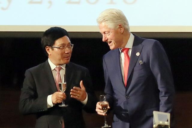 Phó Thủ tướng Phạm Bình Minh và cựu Tổng thống Bill Clinton. Ảnh: VGP/Hải Minh