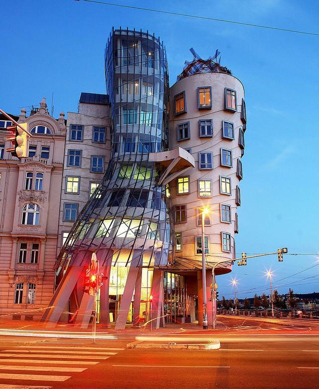 Công trình này được nhiều người biết đến với cái tên Tòa nhà khiêu vũ, được xây dựng vào năm 1992 tại Prague (CH Czech).