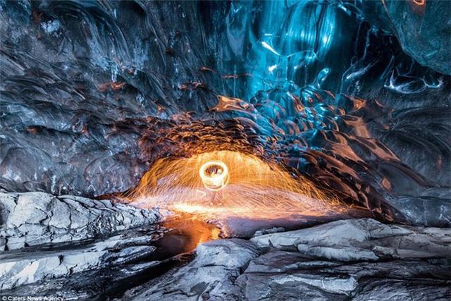 Nhiếp ảnh gia Suranga Weeratunga (34 tuổi) đã chụp được những hình ảnh đẹp ngoạn mục khi những tia lửa bắn ra khắp nơi trong lòng hang băng lớn nhất châu Âu - Vatnajökull, Iceland.