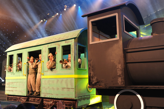 Hình ảnh đầu máy hơi nước của những năm 1940 xuất hiện ngay ở tiết mục Đoàn Vệ quốc quân mở màn Gala.