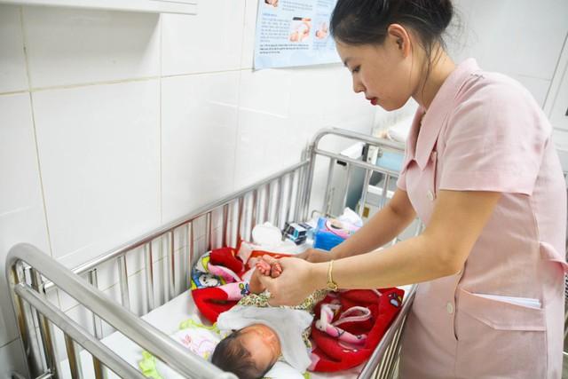 Sau khi được đưa ra khỏi bụng mẹ, bé trai đang tiến triển sức khỏe rất tốt.