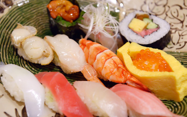 Tokyo (Nhật Bản) là thành phố có nhiều giải thưởng về ẩm thực nhất thế giới. Nơi đây không chỉ nổi tiếng với sushi mà còn bởi các món từ thịt heo, đồ biển.
