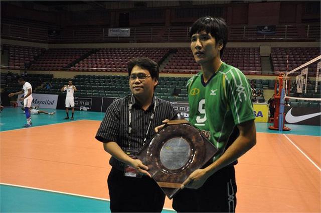 VĐV bóng chuyền Nguyễn Hữu Hà (trái)