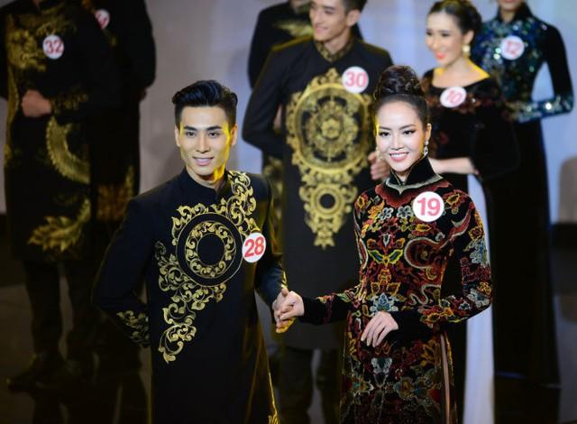 Tuấn Anh (trái) trong phần thi áo dài