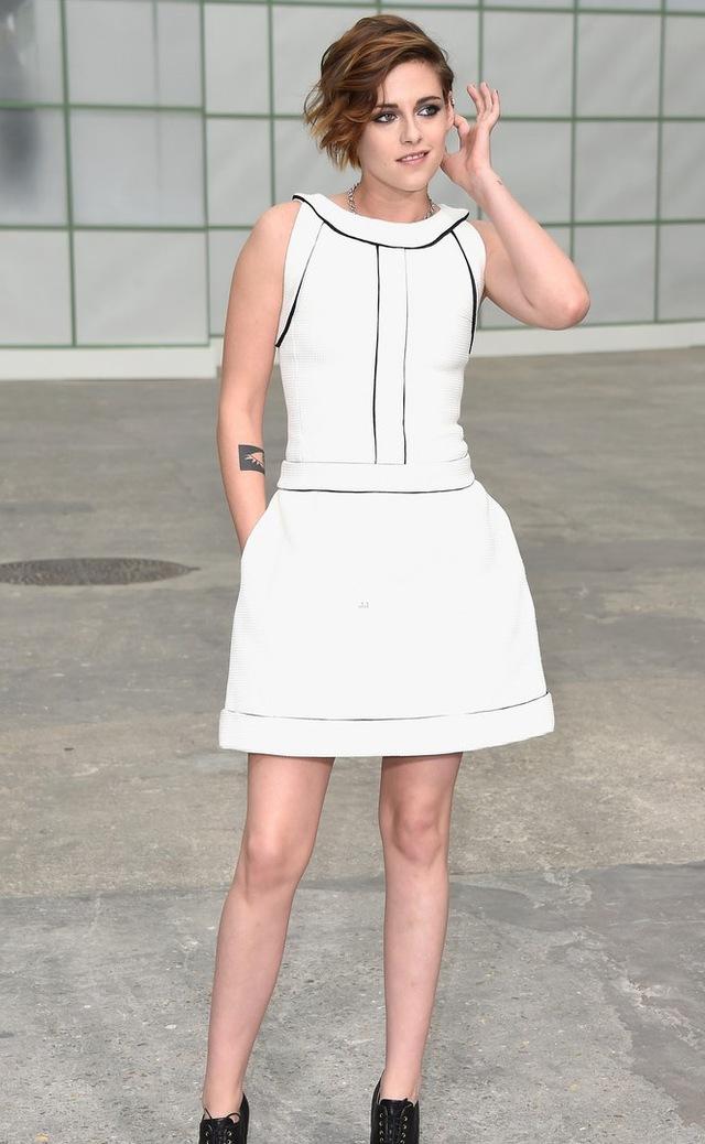Kristen Stewart là khách trong show diễn của Chanel tại tuần lễ thời trang Paris, Pháp.