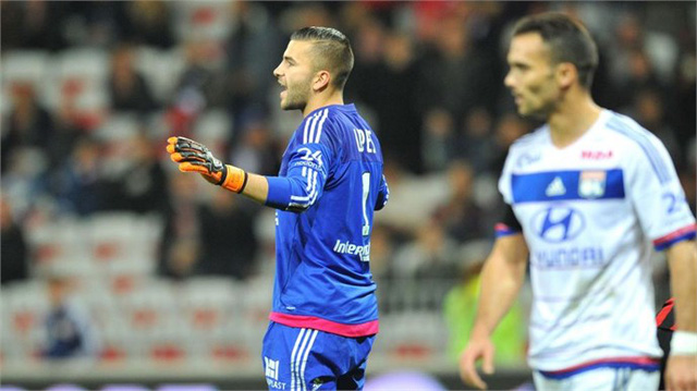 Thủ thành Lopes của Lyon đã phải 4 lần vào lưới nhặt bóng trong trận đấu hôm nay