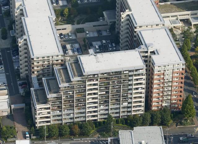 Một tổ hợp chung cư tại Yokohama, trong đó có một trong những tòa nhà bị nghiêng do lỗi trong khâu đóng cọc mới được phát hiện. (Ảnh: Kyodo)