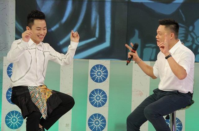 Ca sĩ Tùng Dương trong chương trình Bữa trưa vui vẻ. Ảnh: BTVV