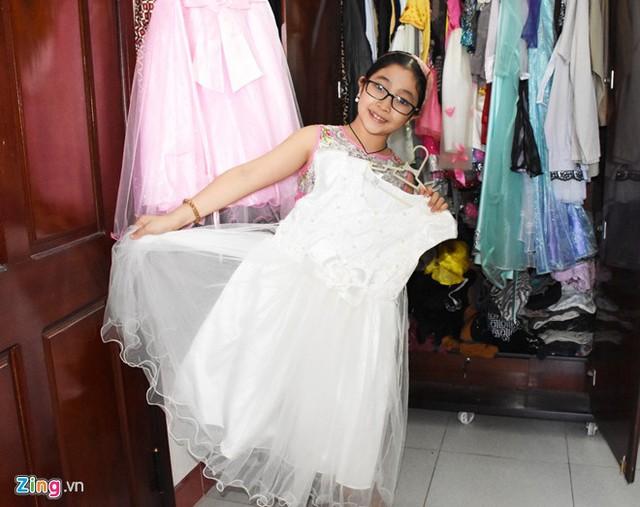 Hồng Minh được nhiều người biết đến tại Đà Nẵng do tham gia nhiều chương trình từ nhỏ. Cũng nhờ vậy mà tủ quần áo của cô bé luôn đầy ắp đồ diễn, chủ yếu là những bộ váy công chúa, áo dài.