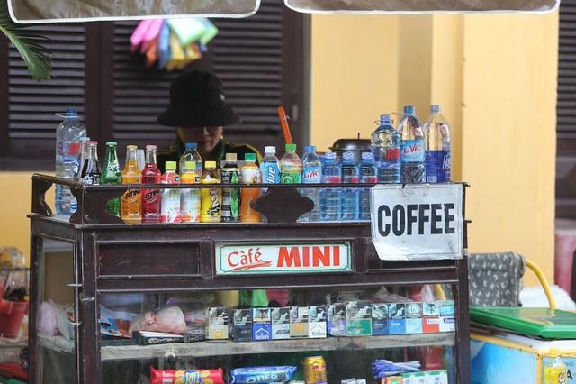 Không chỉ có những nhà hang, quán cà phê sang trọng, bạn còn có thể thưởng thức tách cà phê thơm ngon ngay những quán cóc góc phố