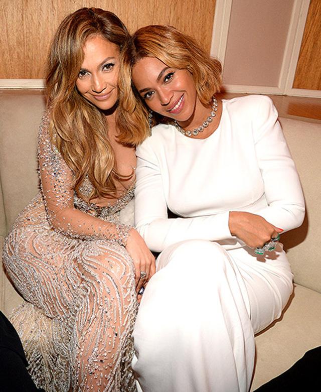 Jennifer Lopez thân mật như chị em với Beyonce.