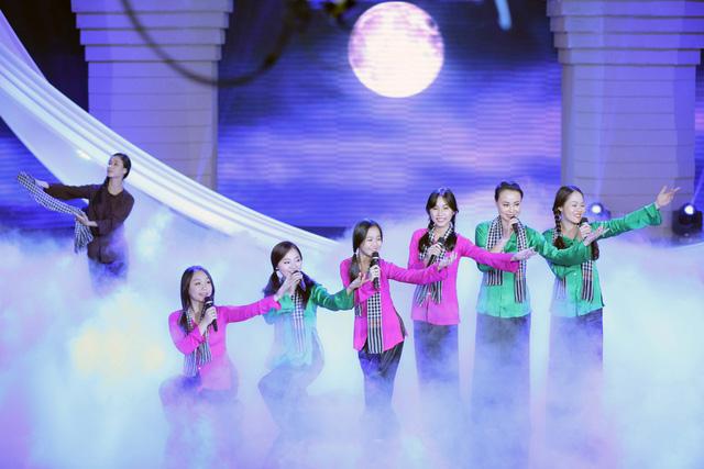 Nhóm Mặt Trời Đỏ và nhóm Bốn Chị Em cũng có một sự kết hợp đầy hòa quyện trong ca khúc Qua Sông của nhạc sĩ Phạm Minh Tuấn, một trong những ca khúc hay nhất của dòng âm nhạc cách mạng miền Nam trước năm 1975.