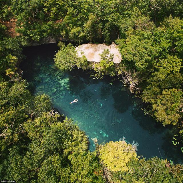 Hồ nước trong veo như màu ngọc