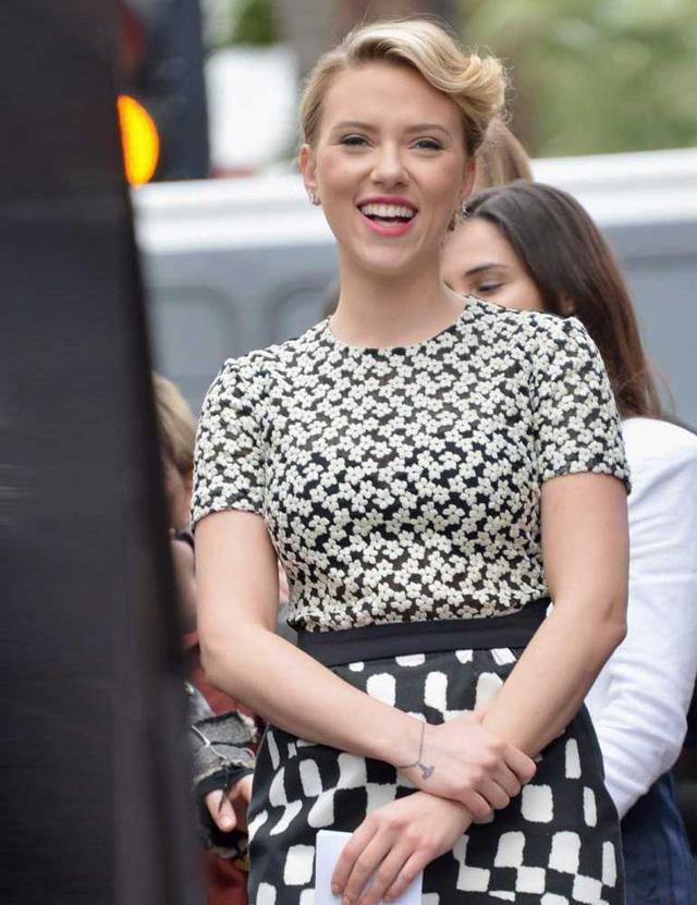 Scarlett Johansson có hình xăm vòng tết braclet ở cổ tay.