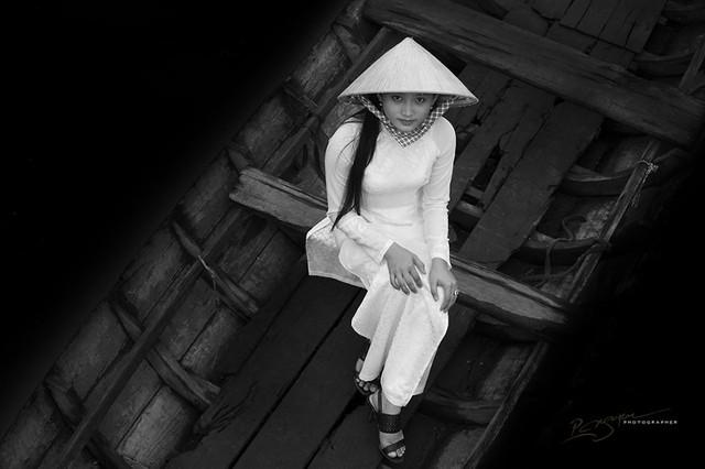Nữ sinh trên dòng sông Mê Kong