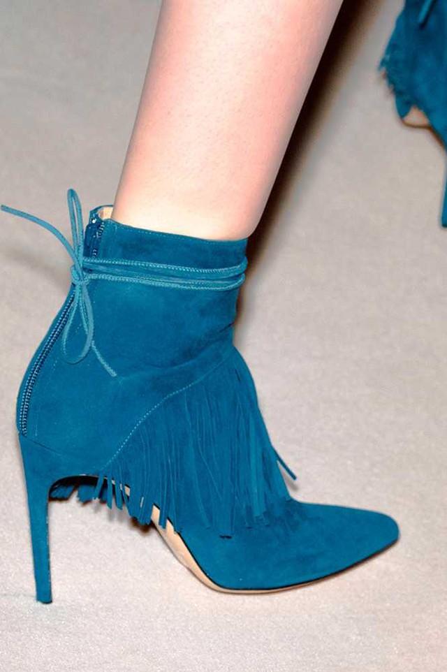 Sophia Webster cũng cho ra mắt boots da lộn nhưng mang chút hippie với những tua rua.