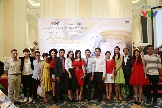 Dàn diễn viên và một số thành viên của ê-kíp Khúc hát mặt trời tranh thủ lưu lại khoảnh khắc bên nhau nhân dịp cùng hội ngộ tại buổi họp báo.