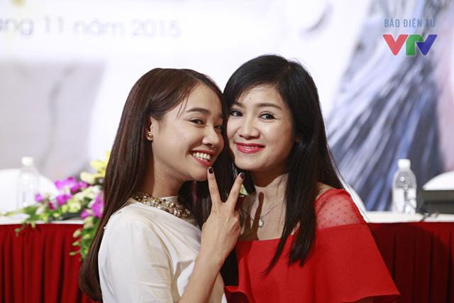 Nhã Phương hào hứng chụp ảnh cùng NSƯT Thu Hà. Trong buổi họp báo, cả hai liên tục gọi nhau bằng mẹ - con giống như trong phim.
