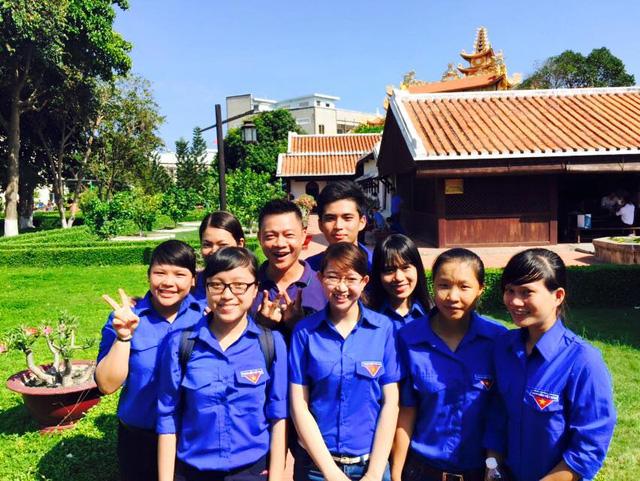 Nhà báo Trần Quang Minh cùng các thanh niên tình nguyện thực hiện MV ca nhạc tại trường Dục  Thanh, Phan Thiết