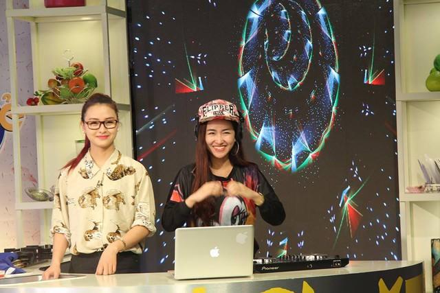 DJ Trang Moon (phải) đem tới nhà hàng những giai điệu sôi động
