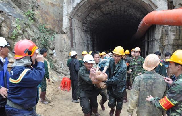 Hình ảnh các công nhân được đưa ra khỏi hầm thuỷ điện Đạ Dâng. (Ảnh do nhân vật cung cấp)