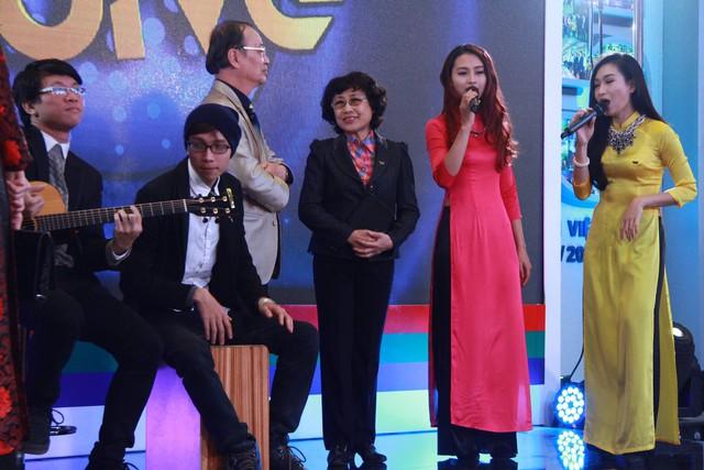 MC của Bữa trưa vui vẻ và các khách mời khoe giọng cực ngọt trong ca khúc mở đầu chương trình