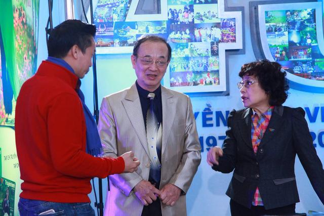 Hai nhân vật gạo cội của làng truyền hình chăm chú trò chuyện với BTV Hoa Thanh Tùng trước giờ lên sóng