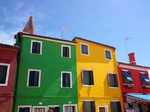 Tuy thu nhập chính trong làng là bằng nghề thêu vải đăng ten, nhưng làng Burano cũng có được nguồn ngân sách khổng lồ từ việc kinh doanh du lịch từ sức hút của những ngôi nhà độc đáo của mình