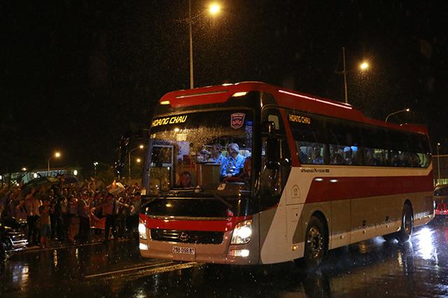 Đoàn xe trở các cầu thủ Man City xuất hiện trong sự phấn khích của người hâm mộ.
