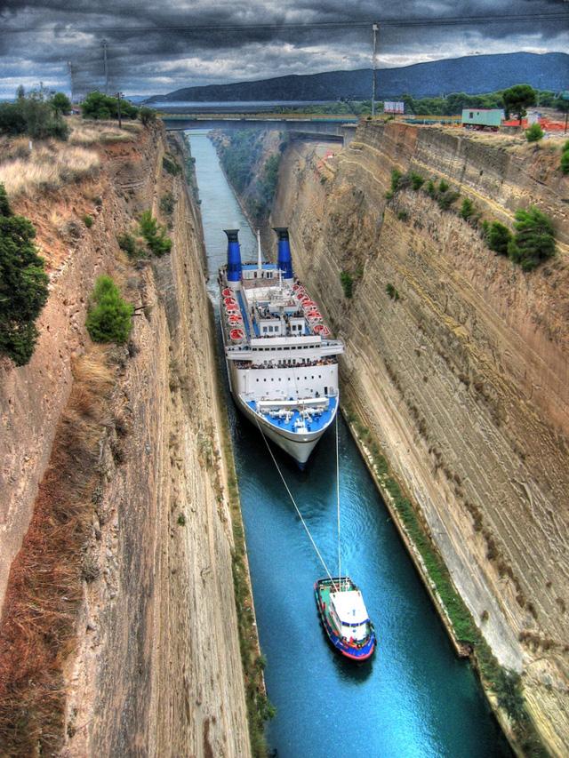 Con tàu to đi trong con kênh nhỏ.