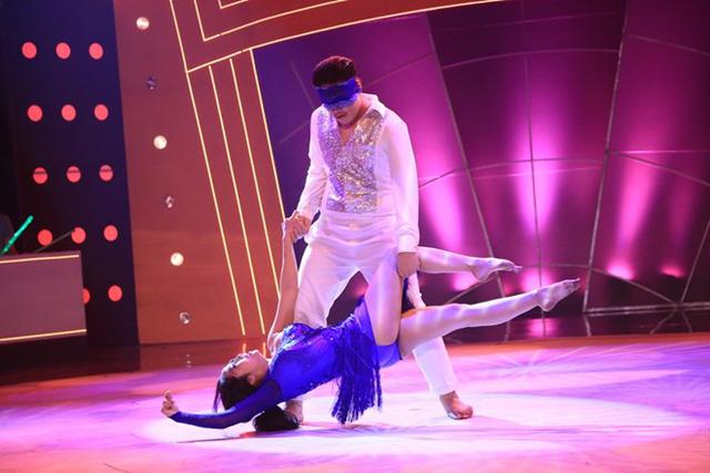 Trên nền nhạc Em vẫn muốn yêu anh, Anh Khoa - Ốc Thanh Vân có phần trình diễn lôi cuốn với điệu tango. Cặp đôi tiến thẳng vào vòng trong với 11,8 điểm.