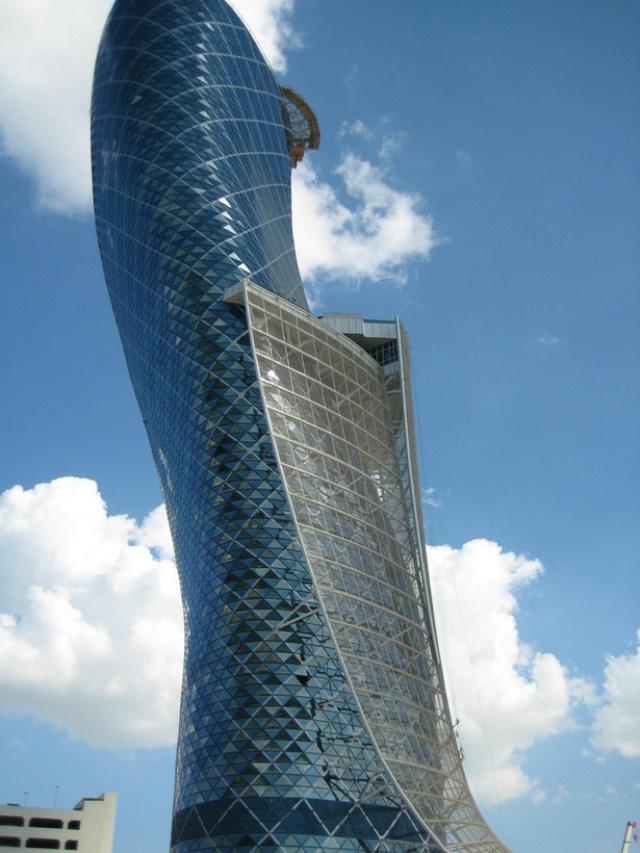 Tòa cao ốc Capital Gate nổi tiếng này nằm ở Abu Dhabi, thuộc các tiểu vương quốc Ả Rập thống nhất, được xây dựng bởi 15.000 mét khối bê tông kết hợp với 10.000 tấn thép.