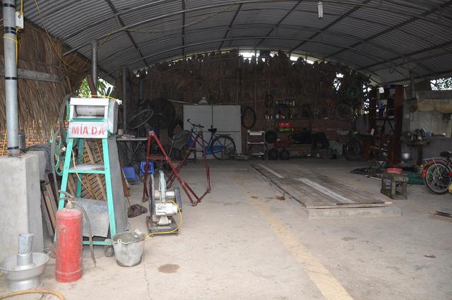 Xưởng của anh, nơi anh thỏa sức tháo, lắp, rỡ đặt các máy móc, thiết bị.