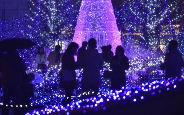 Một buổi triển lãm nhân dịp Giáng sinh ở Tokyo, Nhật Bản được trang hoàng bằng 270.000 bóng đèn LED.
