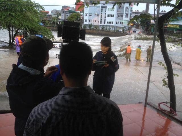 BTV Nguyễn Ngân đưa tin về mưa lũ