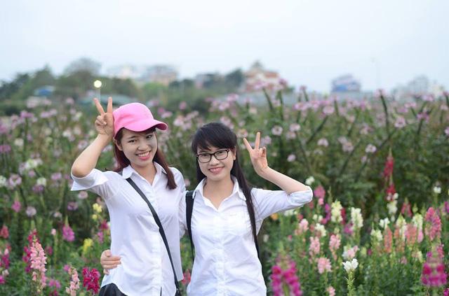 Đức Thị Thơm (trái) chụp ảnh cùng bạn.