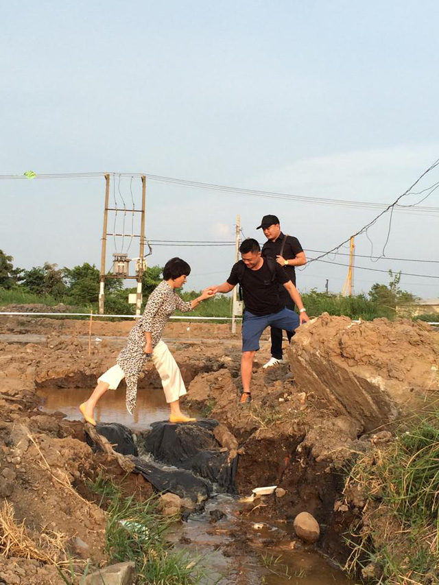 Nhà báo Trần Quang Minh và nhà báo Diễm Quỳnh trong chuyến công tác tại TP. HCM để chuẩn bị cho cầu truyền hình