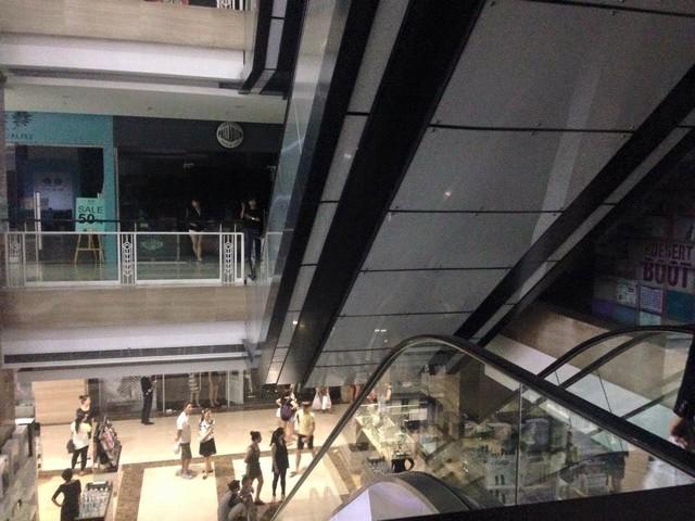 Cơn dông này cũng khiến Hà Nội mất điện trên diện rộng. Ảnh được chụp tại TTTM Vincom.