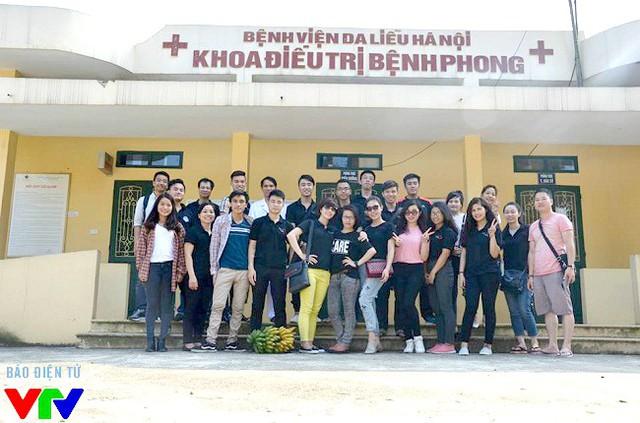 Thành viên nhóm Chia sẻ vì cộng đồng trong lần làm từ thiện tại Bệnh viện Da liễu Hà Nội