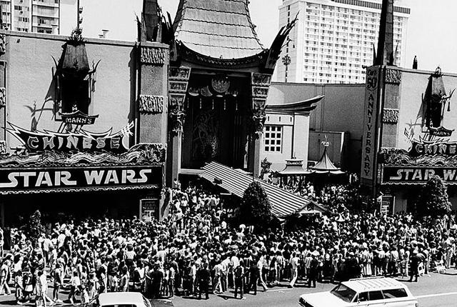 Hình ảnh buổi ra mắt bộ phim Star Wars tại rạp TCL vào năm 1977