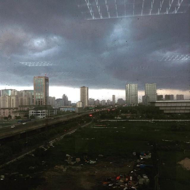 Đường Phạm Hùng tối sầm vì mây đen