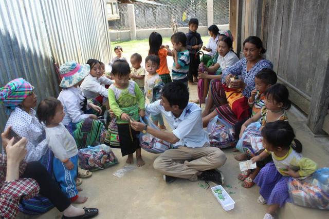 Bảo Ngọc cùng các em nhỏ xã Sùng Đô, Văn Chấn trong đợt từ thiện cuối tháng 5/2015 (ảnh nhân vật cung cấp)