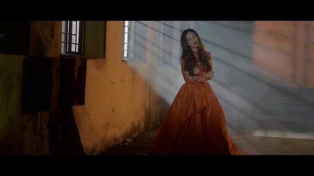 Ca sĩ Đinh Hương trong một cảnh quay của MV Awakening.