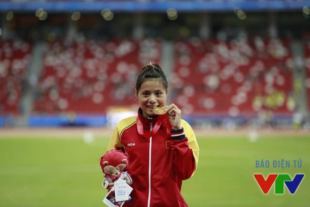 Cô gái Vàng điền kinh Nguyễn Thị Huyền trên bục nhận huy chương Vàng tại SEA Games 28