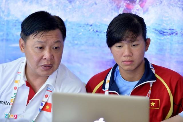 HLV Đặng Anh Tuấn là người cha thứ 2 luôn ở bên chăm sóc cho Ánh Viên trong suốt 4 năm qua (Ảnh: Zing)