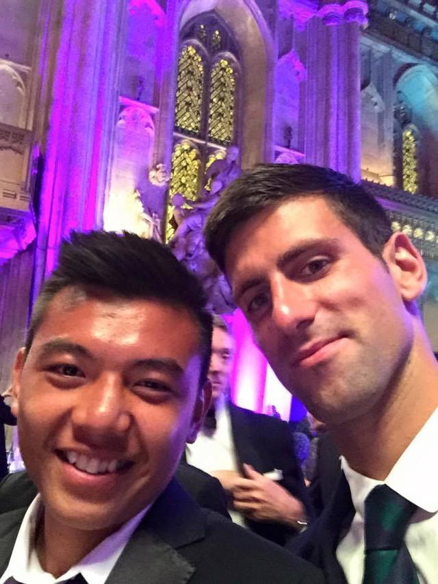 Hoàng Nam rạng rỡ khi chụp ảnh selfie với Djokovic