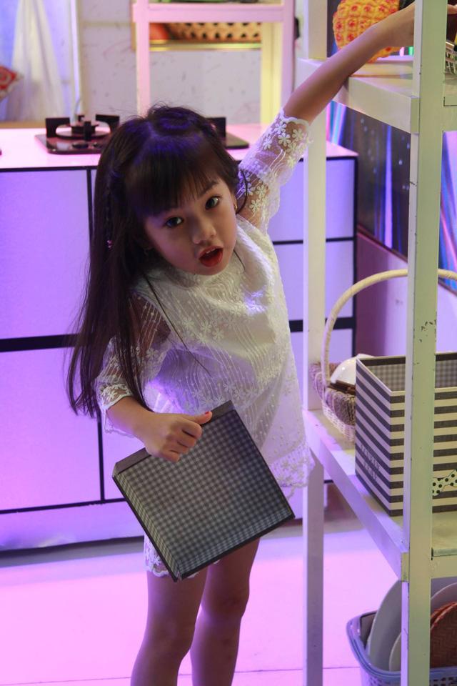 Cô bé Hà An khám phá trường quay trong khi chờ mẹ làm việc