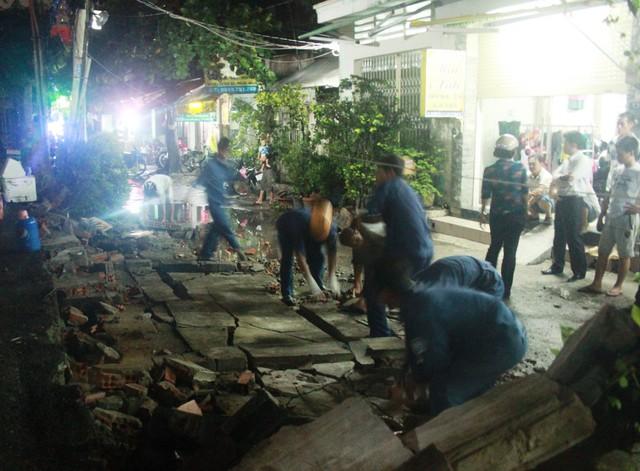 Lực lượng chức năng quận Gò Vấp tiến hành thu dọn bức tường bị sập.